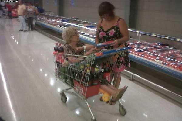 abuela en un carrito de la compra