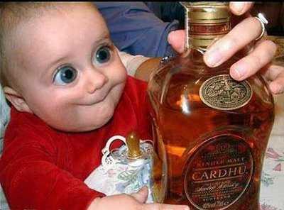 niño contento al ver una botella de wisky