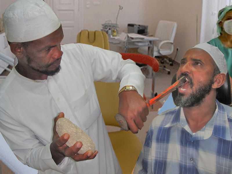 dentista con herramientas un tanto rudimentarias