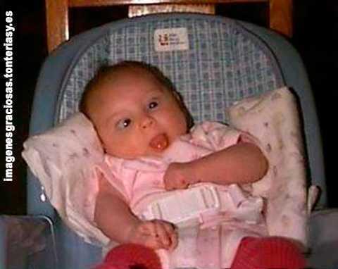 un bebé con muecas graciosas
