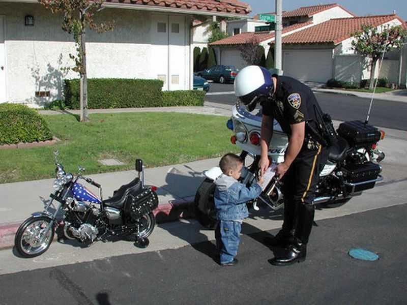 nene motero multado por exceso de velocidad