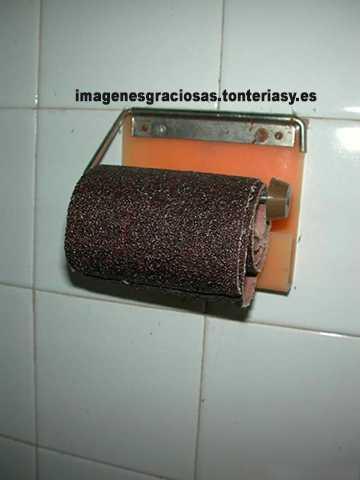 un rollo de papel ... de lija en el wc