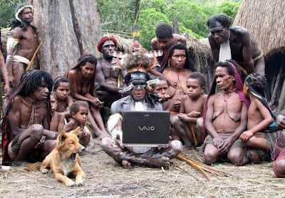 Una tribu en la selva con un ordenador portatil
