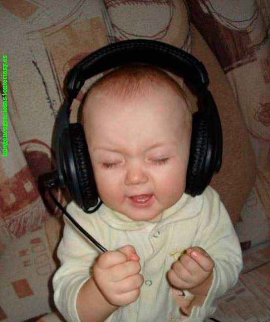 bebe escuchando musica con cascos
