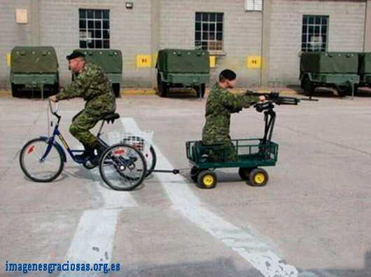 los soldados van en bicicleta con carro