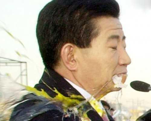 a un hombre chino le han tirado un huevo