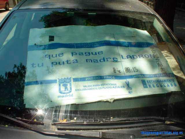 le sirve de parasol, pero es una protesta muy clara al pago por aparcamiento
