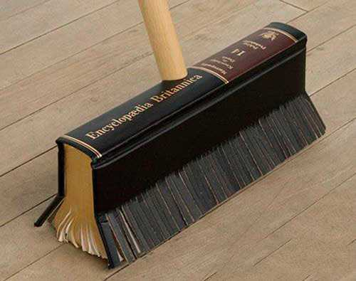 escoba hecha con un tomo de enciclopedia
