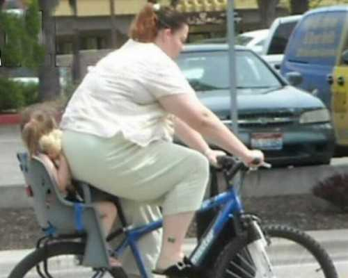 foto graciosa con una niña en añ asiento trasero aplastada por el trasero de su madre