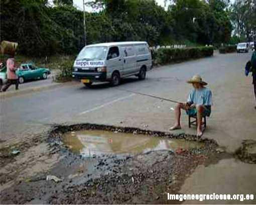 hombre intentando pescar en un charco