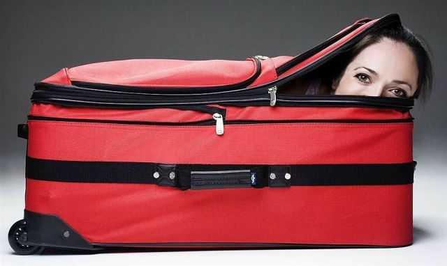 mujer en una maleta lista para viajar gratis