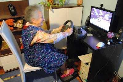 abuela jugando en un emulador de carreras