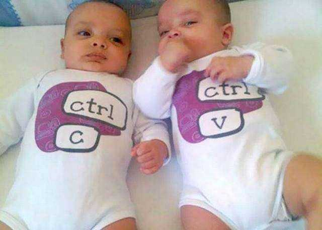 gemelos con trajes y leyenda ctrl c - ctrl v