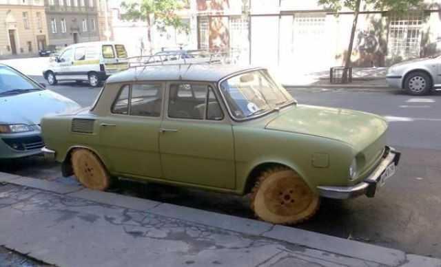 coche con unas ruedas de madera