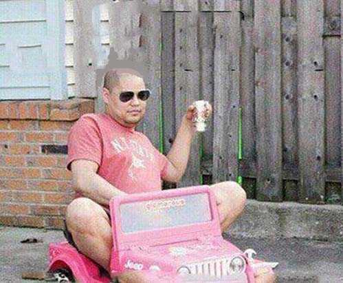 adulto en un coche de juguete