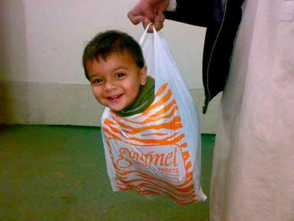 niño en una bolsa de compra