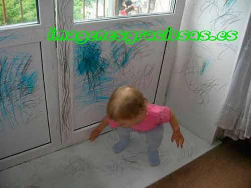 foto graciosa niño pintando pared y puertas