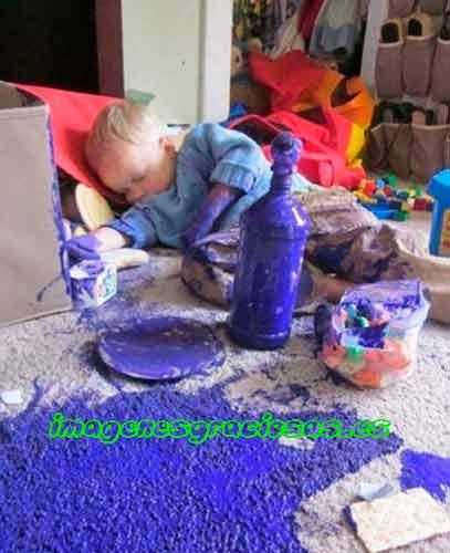 foto graciosa con niño y pintura derramada