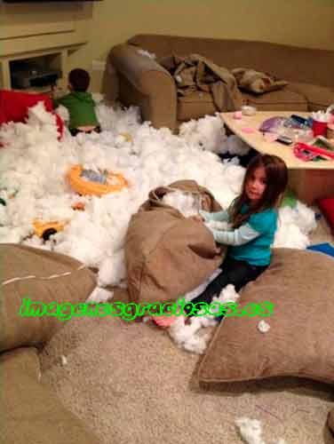 imagen graciosa con niños destrozando cojines
