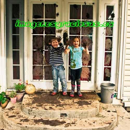 imagen graciosa con dos niños y sus pintadas